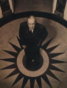 El paraíso de Borges era una biblioteca; el nuestro, la mansión de Playboy Y una biblioteca.