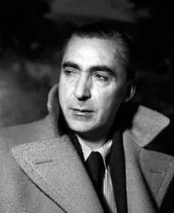 Curzio Malaparte imitando a Humphrey Bogart en