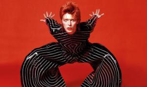 Ziggy Stardust con un traje creado por cierto diseñador ecuatoriano de renombre.