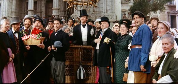 Incluso Cantinflas y David Niven se subieron al globo de Julio Verne...